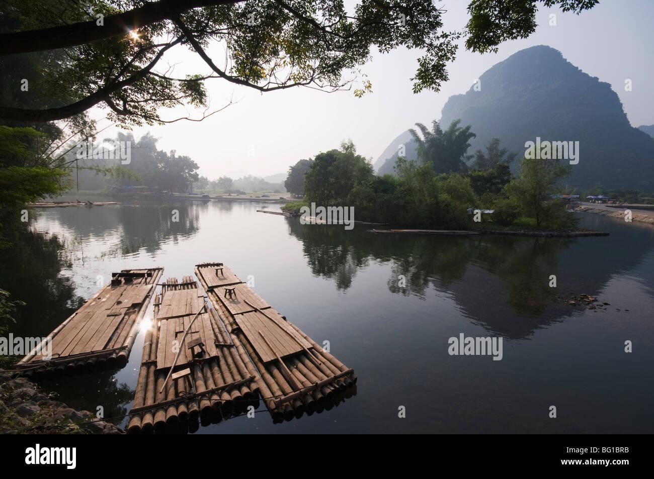 Karst limestone scenery on the Li river (Lijiang) in Yangshuo, near Guilin, Guangxi Province, China, Asia Stock Photo
