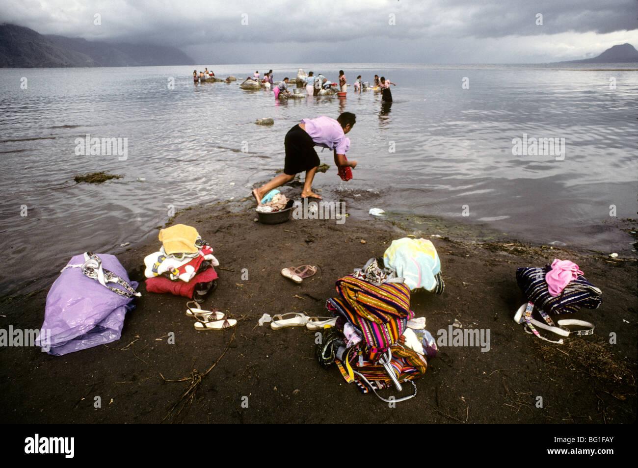 Women from Santiago Atitlan do the wash in Lake Atitlan, Guatemala - Stock Image