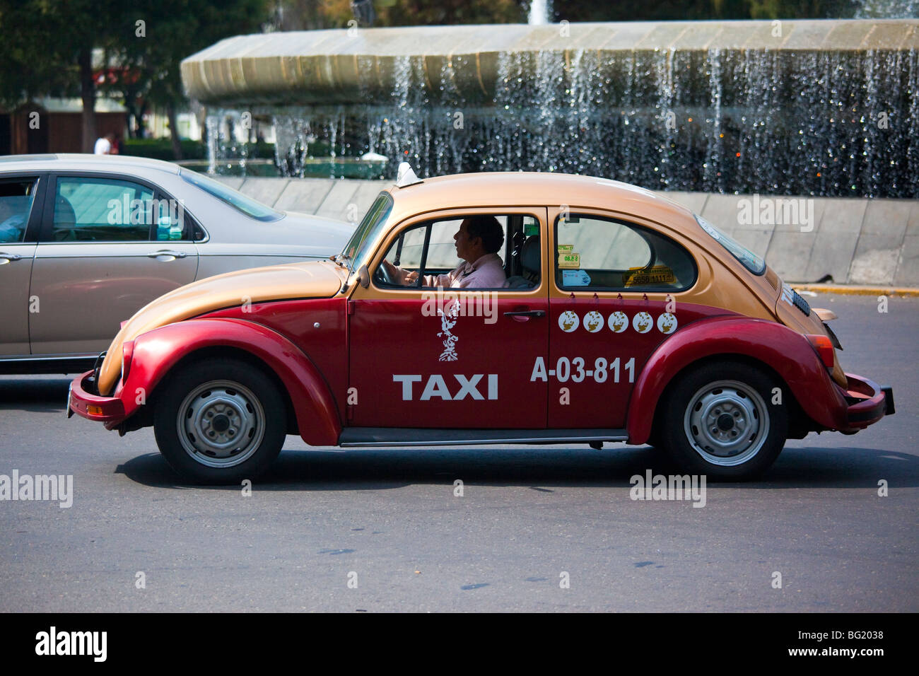 VW Taxi on the Diana Fountain Roundabout on Paseo de La Reforma in Mexico City Stock Photo