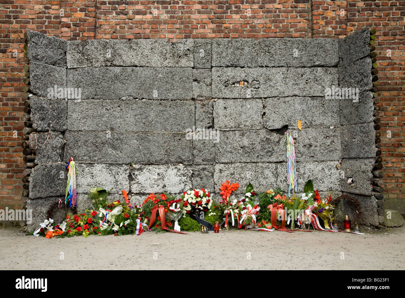 The wall between accommodation blocks 10 & 11, where prisoners were shot / executed by SS firing squads.  Auschwitz - Stock Image