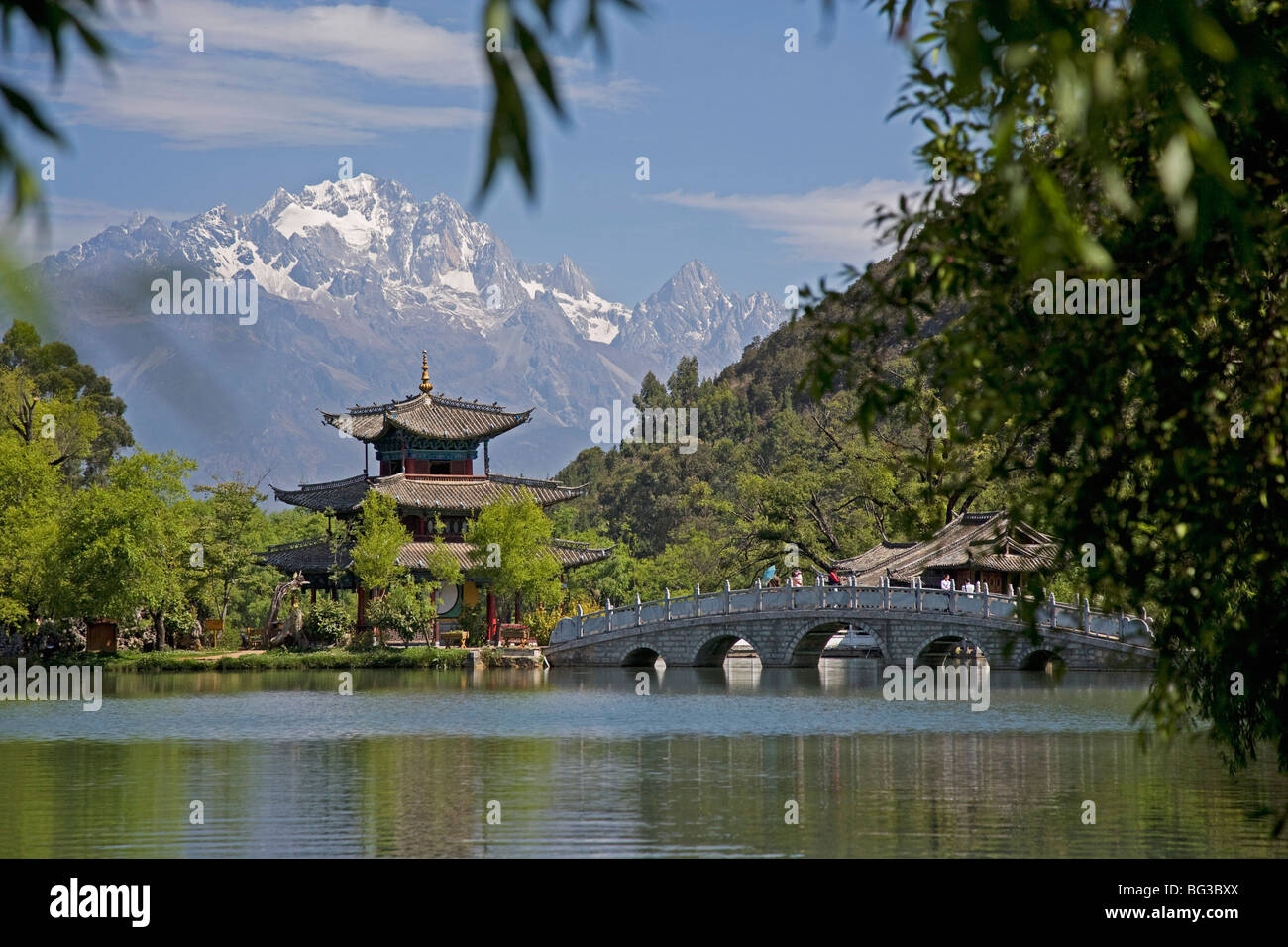 Black Dragon Pool Park, temple and bridge, with Jade Dragon Snow Mountain in background, Lijiang, Yunnan Province, - Stock Image
