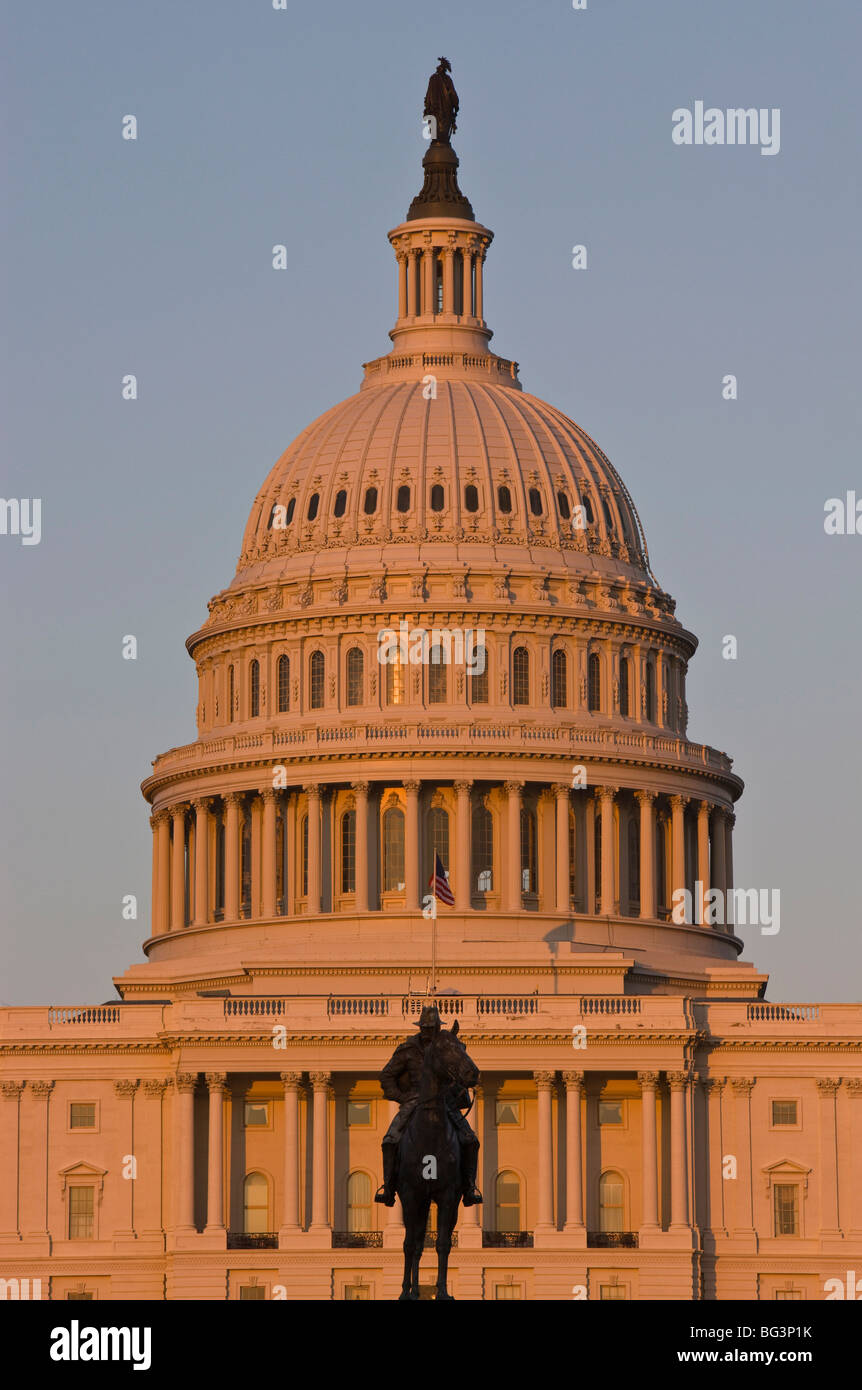 Statue in front of the dome of the U.S. Capitol Building, evening light, Washington D.C., United States of America - Stock Image