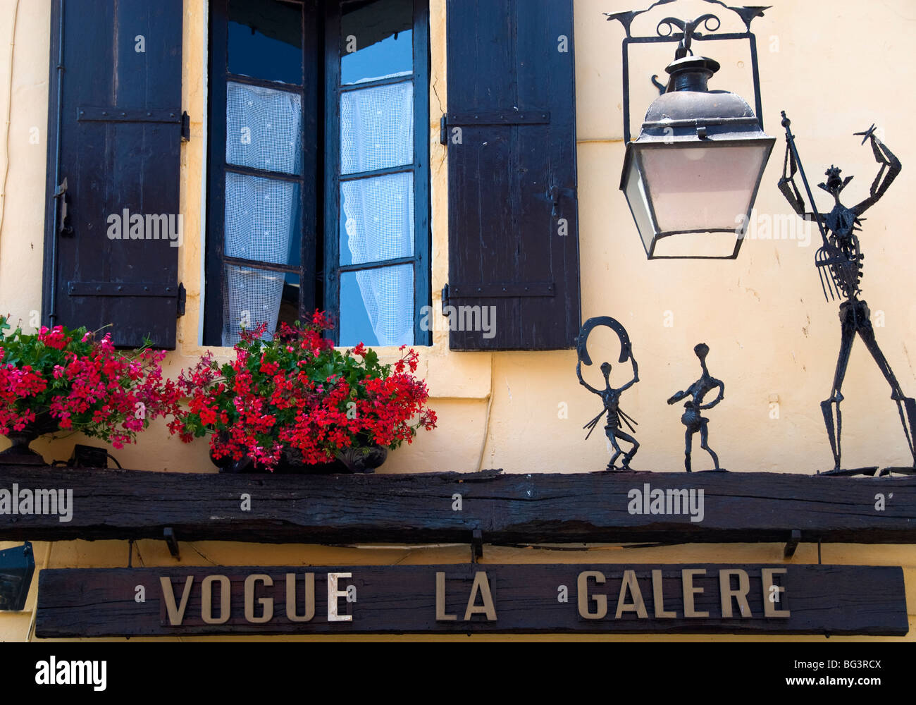 Street scene of a gallery in Aigues Mortes, Provence, France - Stock Image