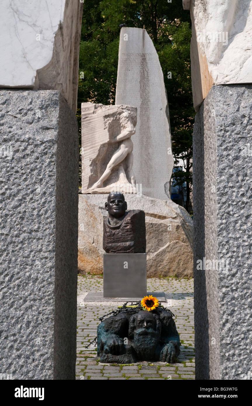 Mahnmal gegen Krieg und Faschismus von Alfred Hrdlicka, Wien, Österreich | cenotaph, Albertina, Vienna, Austria Stock Photo