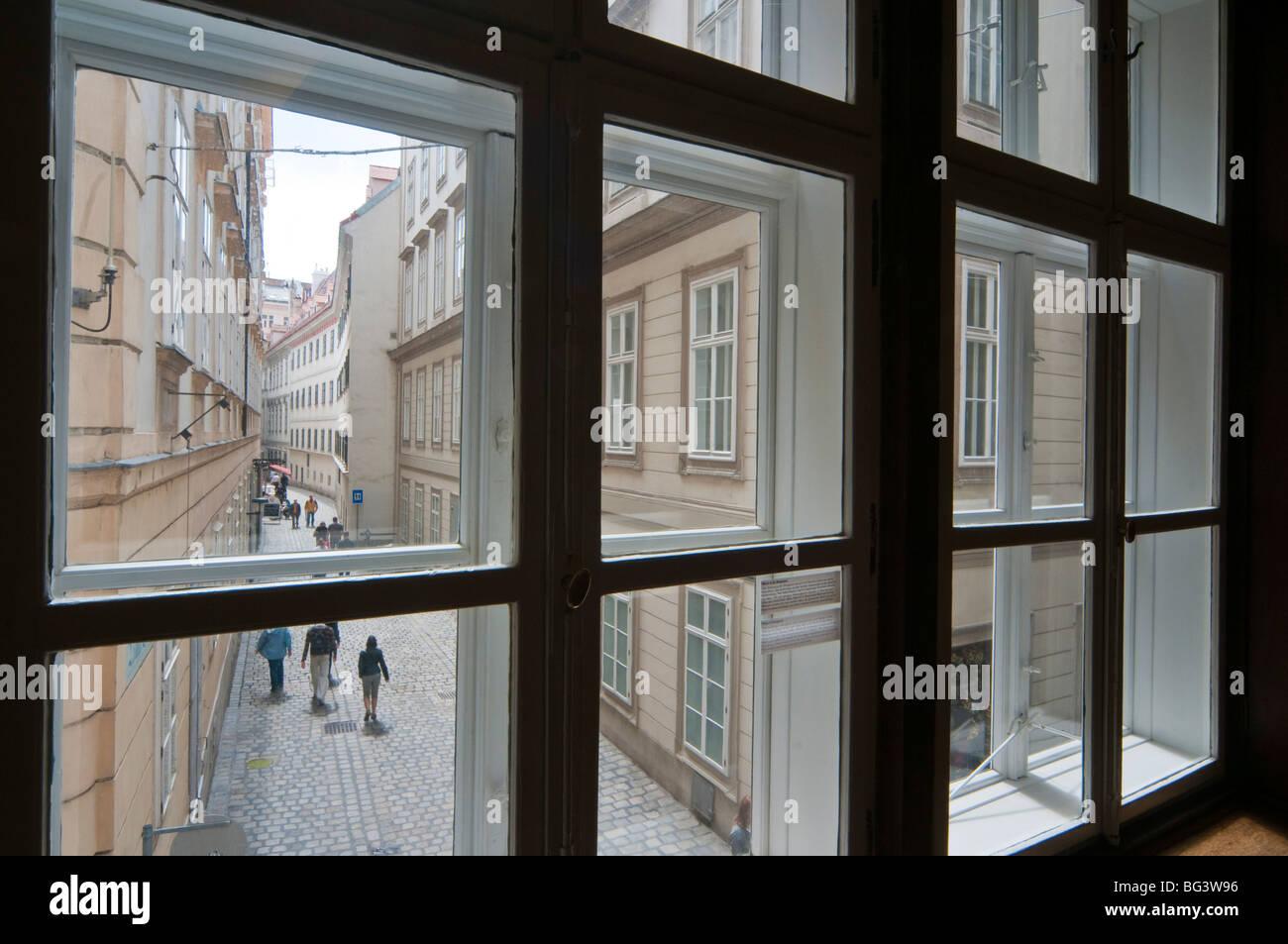 Blick durch Fenster in Altstadtgasse, Wien, Österreich   old town, Vienna, Austria - Stock Image