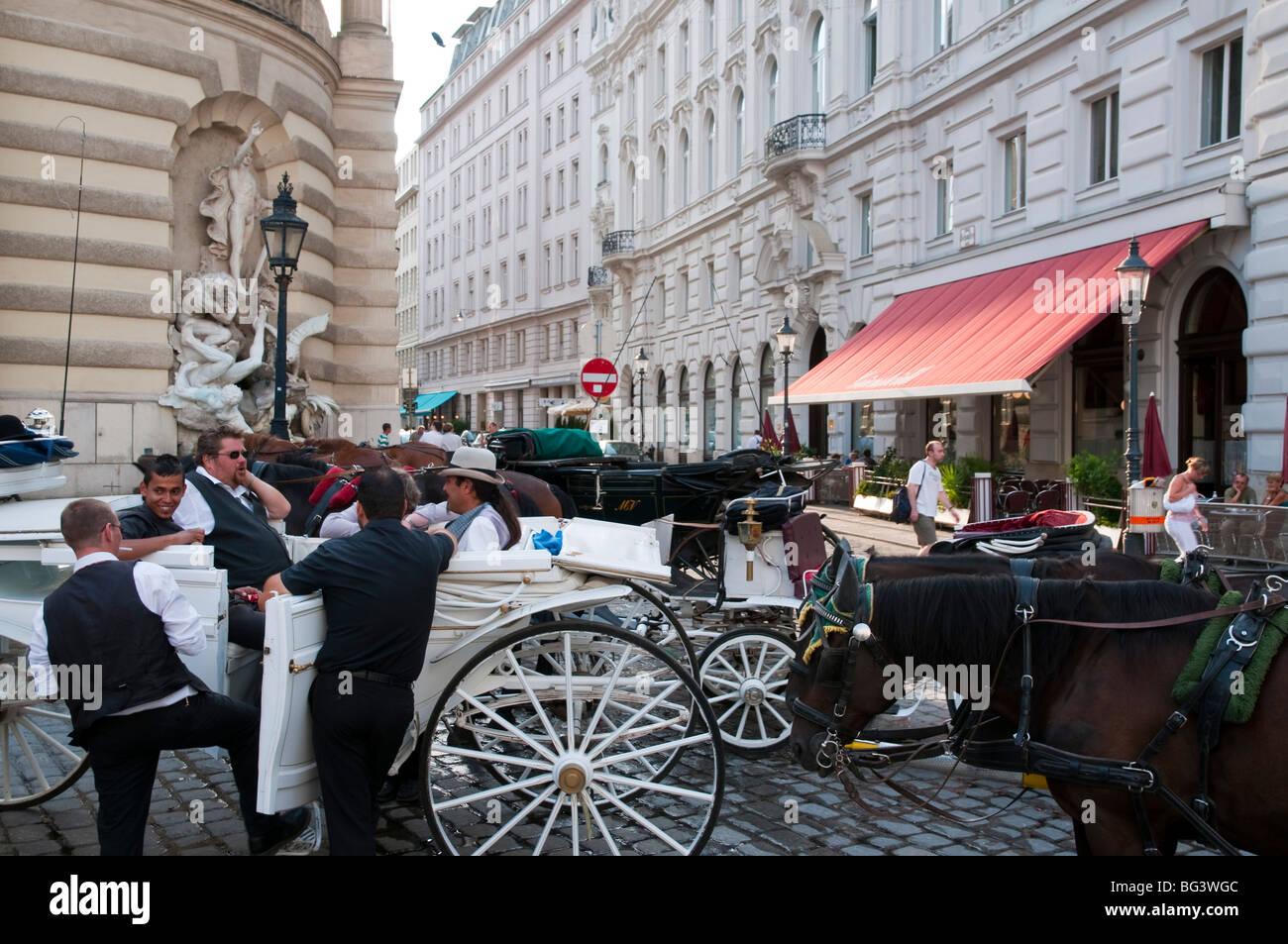 Fiaker und Kutscher am Michaelerplatz, Wien, Österreich | Fiaker (horse carriage) and horsemen, Vienna, Austria Stock Photo