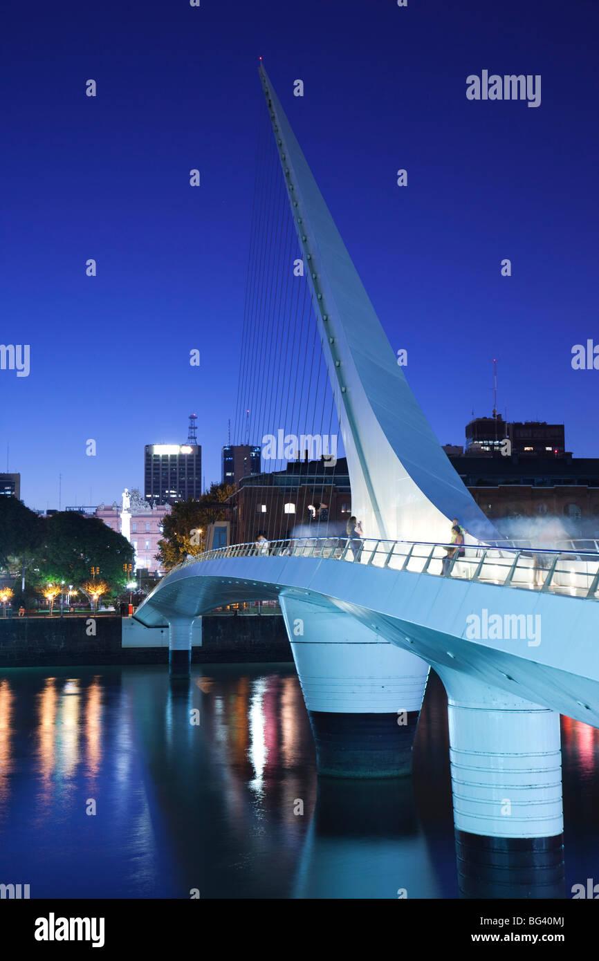 Argentina, Buenos Aires, Puerto Madero, Puente de la Mujer bridge, dusk - Stock Image