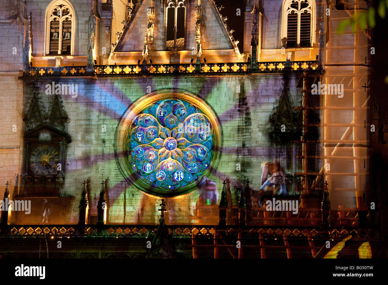 Main (west) rose window of the Cathedral Saint-Jean during the Festival of Lights ('Fête des Lumières' - Stock Image