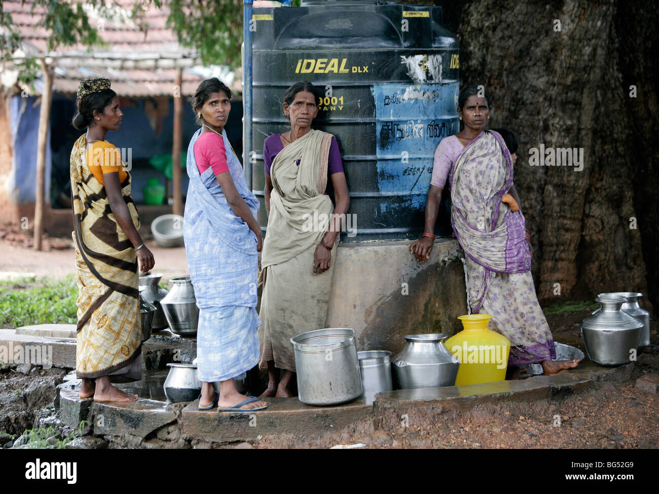 Women fetch water from a freshwater tank in a village in Tamil Nadu, India - Stock Image