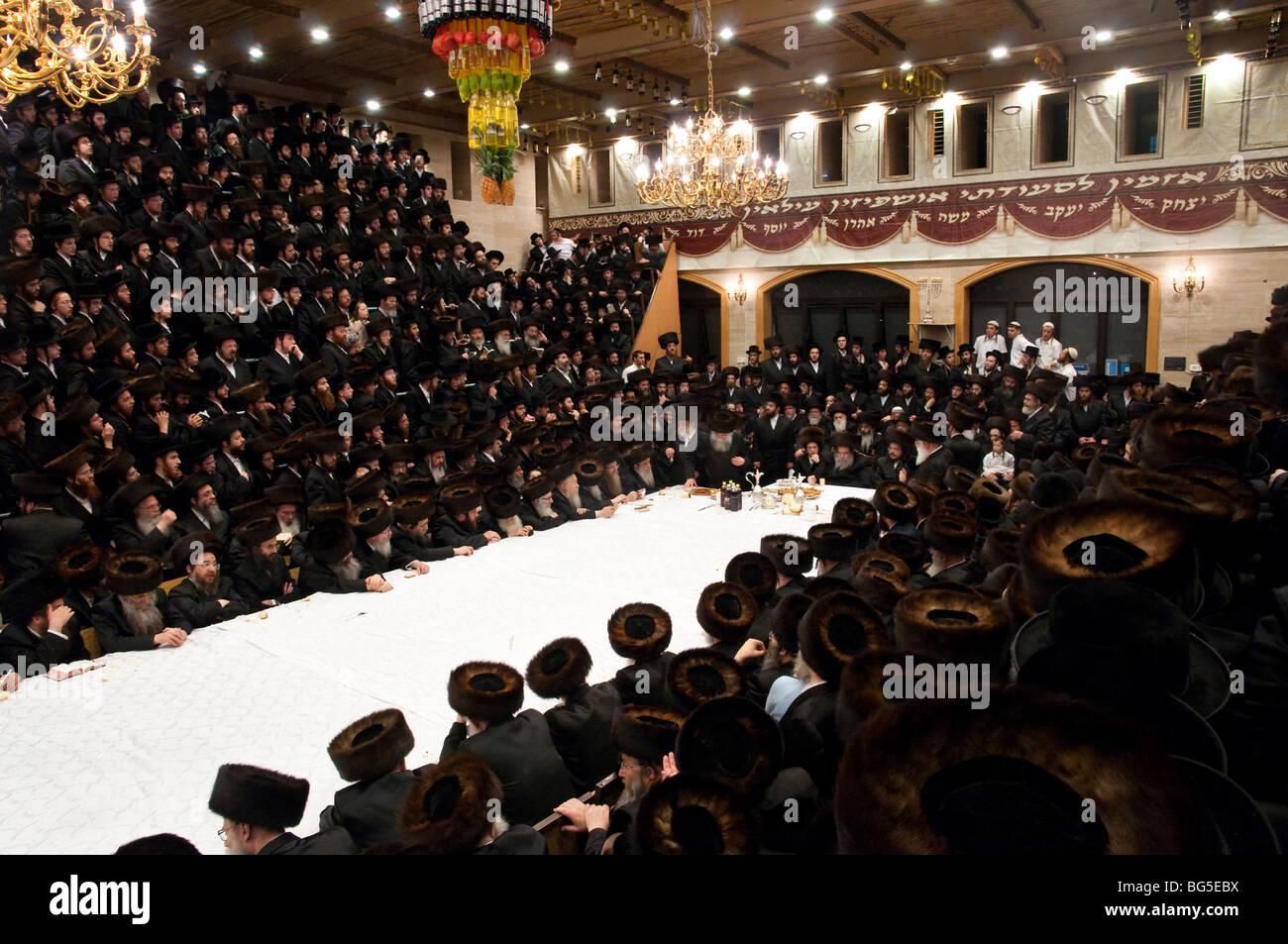 Belz tish celebration during the Sukkot festival - Stock Image