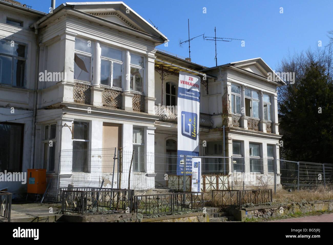 unrenovierte verfallene Villa, Bäderarchitektur, Heringsdorf, Insel Usedom, Mecklenburg-Vorpommern, Deutschland - Stock Image