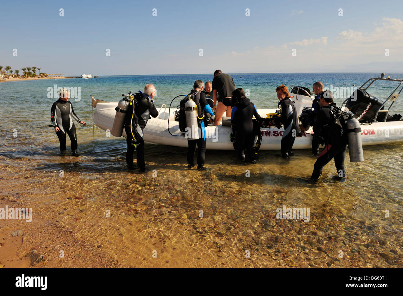 """Scuba divers getting into dive boat from shore, Nuweiba, """"Red Sea"""", Sinai, Egypt Stock Photo"""