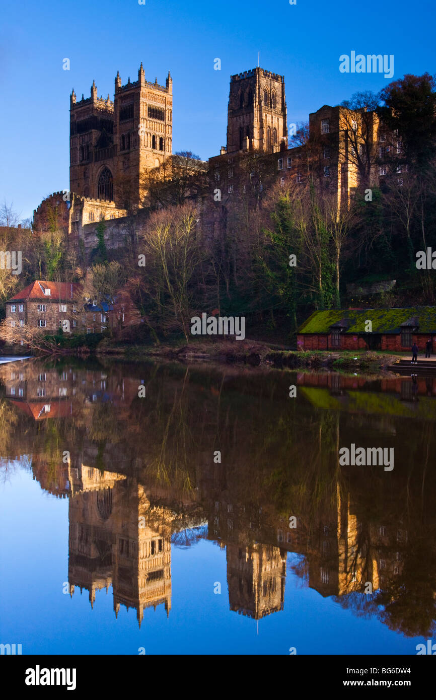 England, County Durham, Durham City. Durham Cathedral, situated above the river banks of the River Wear. - Stock Image