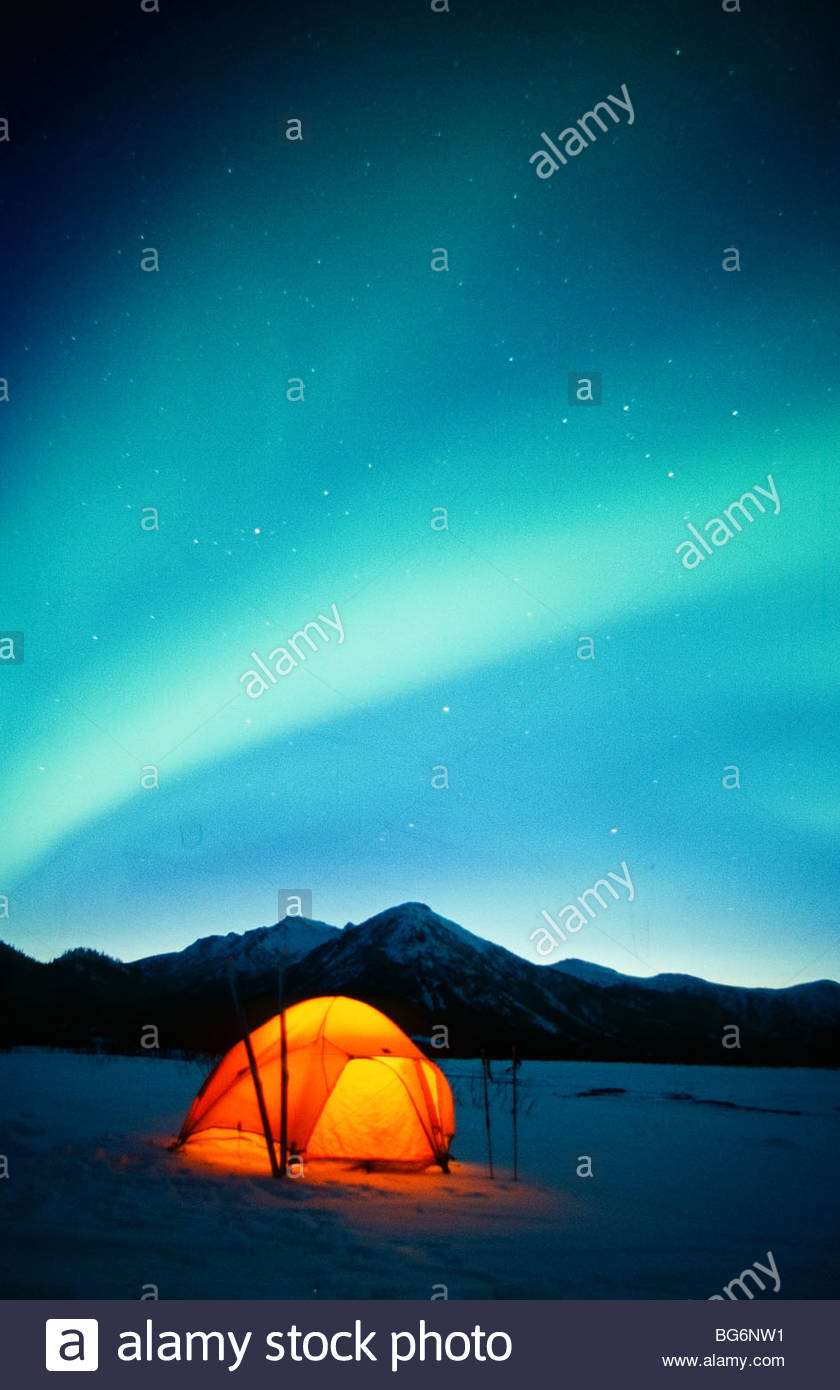Alaska. Gates of the Arctic NP. Brooks Range. The Northern Lights (Aurora Borealis) dance over the camp of a backcountry - Stock Image