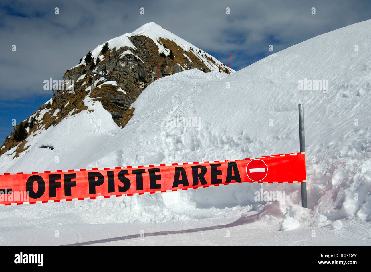 Warning sign preventing access to a closed ski-run in the skiing area Morzine Avoriaz, Haute-Savoie, France - Stock Image
