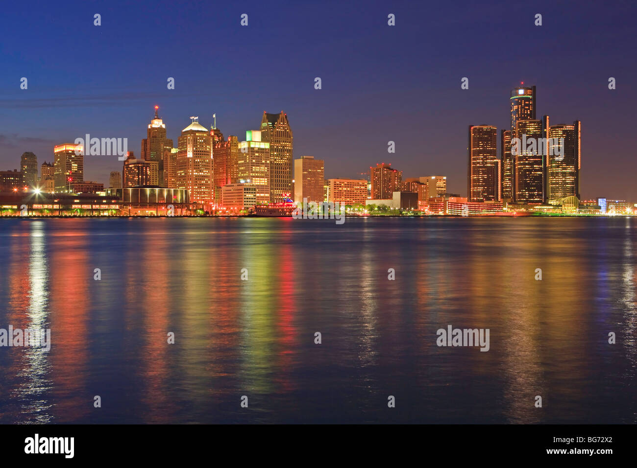 Skyline of Detroit, Michigan, USA seen from the city of Windsor, Ontario, Canada at dusk. - Stock Image