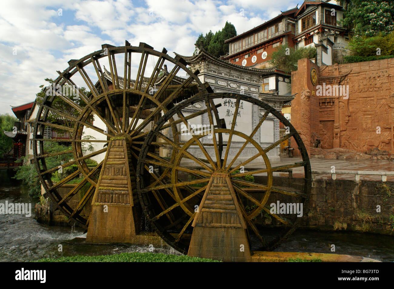 Water wheels in Lijiang's old town (Dayan), Yunnan, China - Stock Image