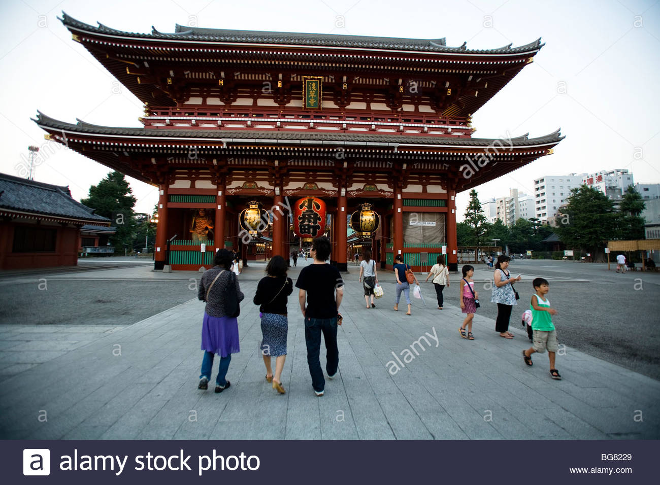 Several families walk toward a traditional temple in Tokyo, Japan. - Stock Image