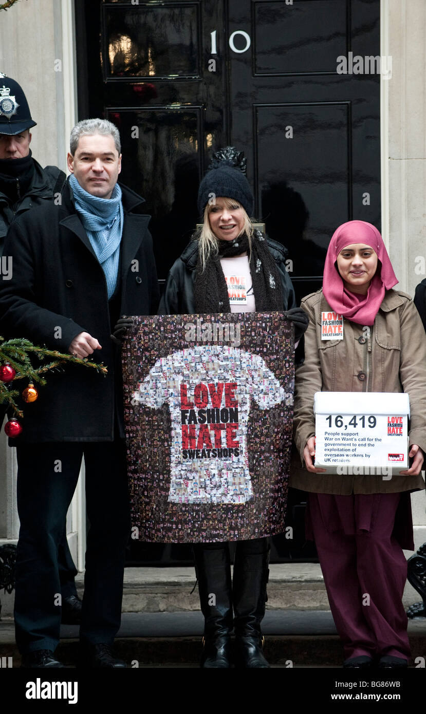 Jo Wood arrives at number 10 Downing Street to hand over a picture of a giant T-Shirt as part of the Love Fashion - Stock Image