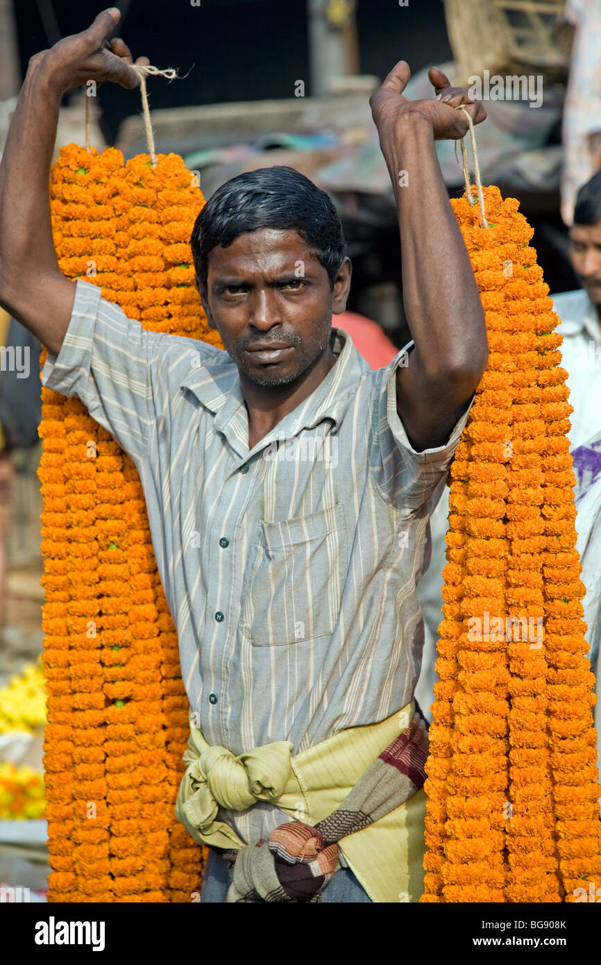 Indian men carrying flower garlands. Flower Market. Calcutta (Kolkata) - Stock Image
