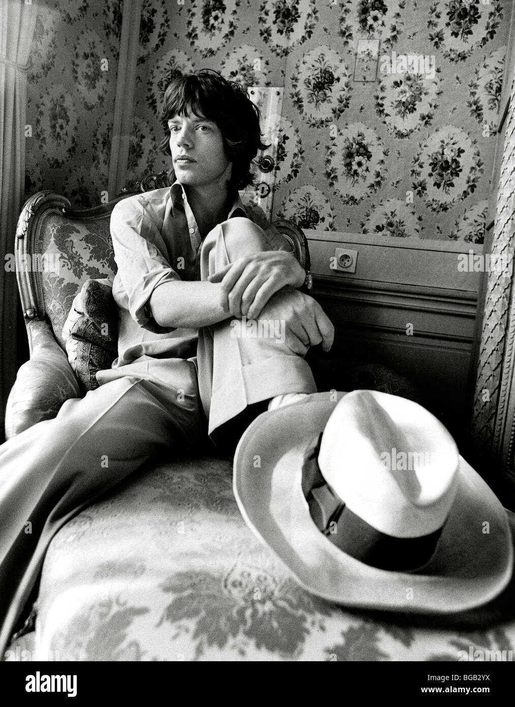 MICK JAGGER in his hotel bedroom on ROLLING STONES TOUR, VIENNA, AUSTRIA - 1973 Stock Photo