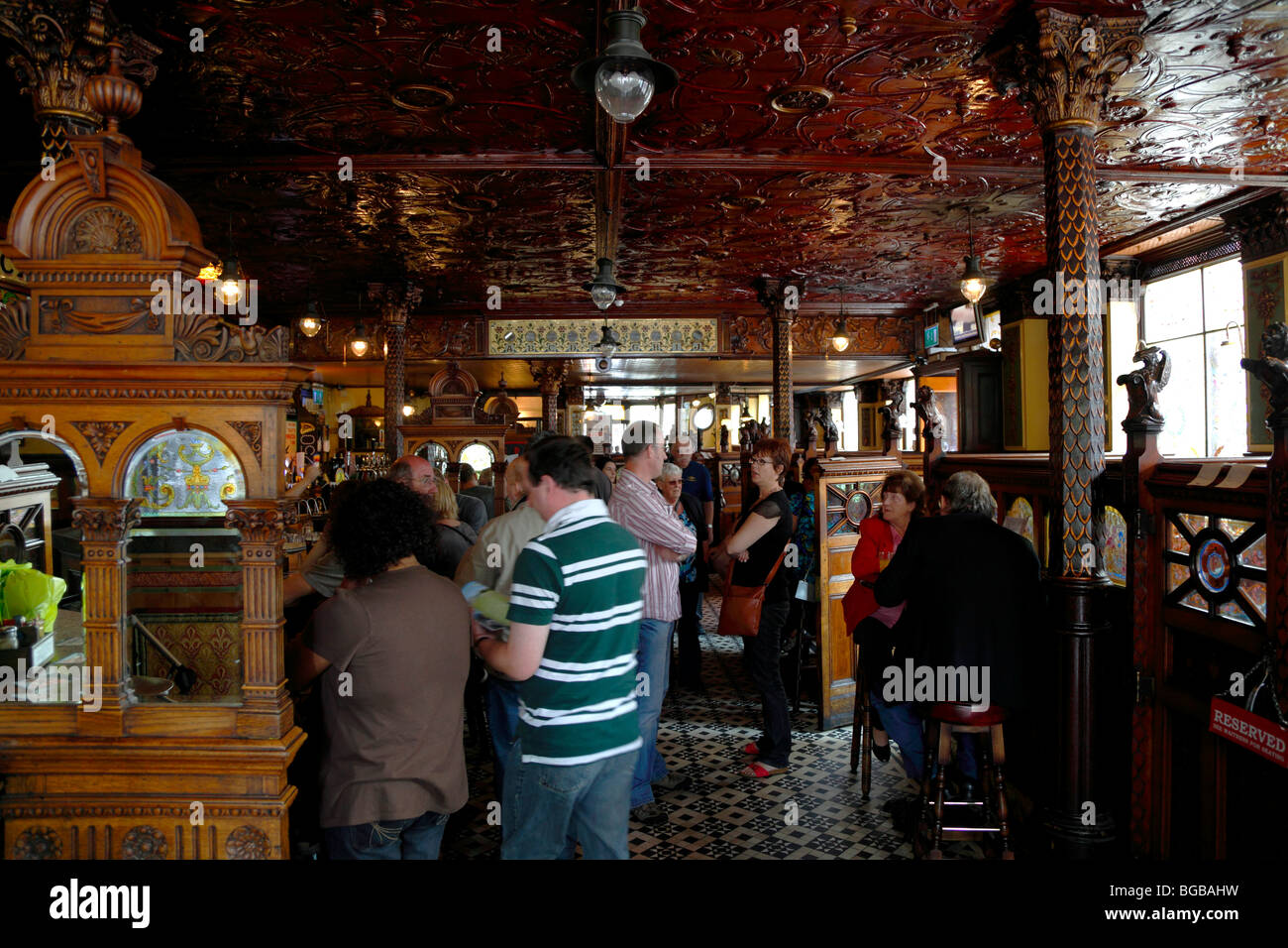 Ireland, North, Belfast, Great Victoria Street, The Crown Bar Liquor Saloon. Built in 1826 it features gas lamps - Stock Image