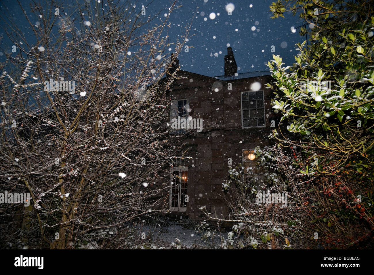 Gentle December snow falling in Scotland - big flakes slowly drifting down in still air outside a Georgian house - Stock Image