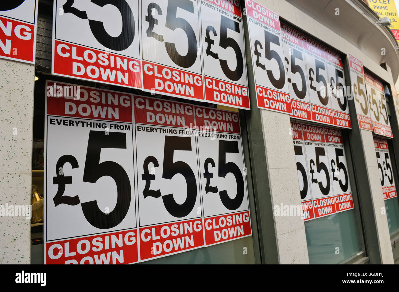 Signs advertising a Closing Down Sale - everything from £5 - Stock Image