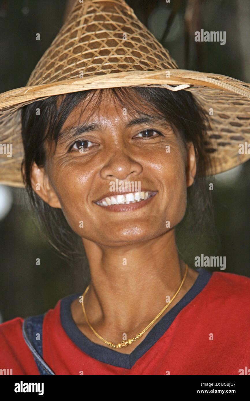 Thailaenderin mit Strohhut, Portrait - Stock Image