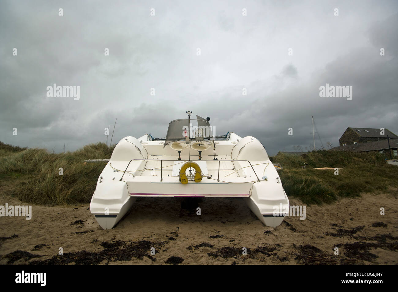 A white yacht is run aground on the rugged Northumberland coast - Stock Image