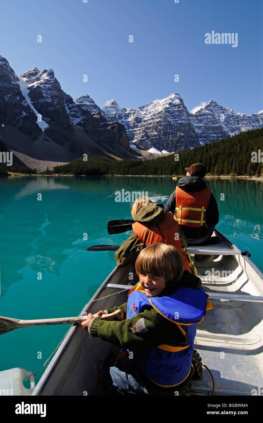 Family in canoe, Moraine Lake, Banff National Park, Alberta, Canada - Stock Image