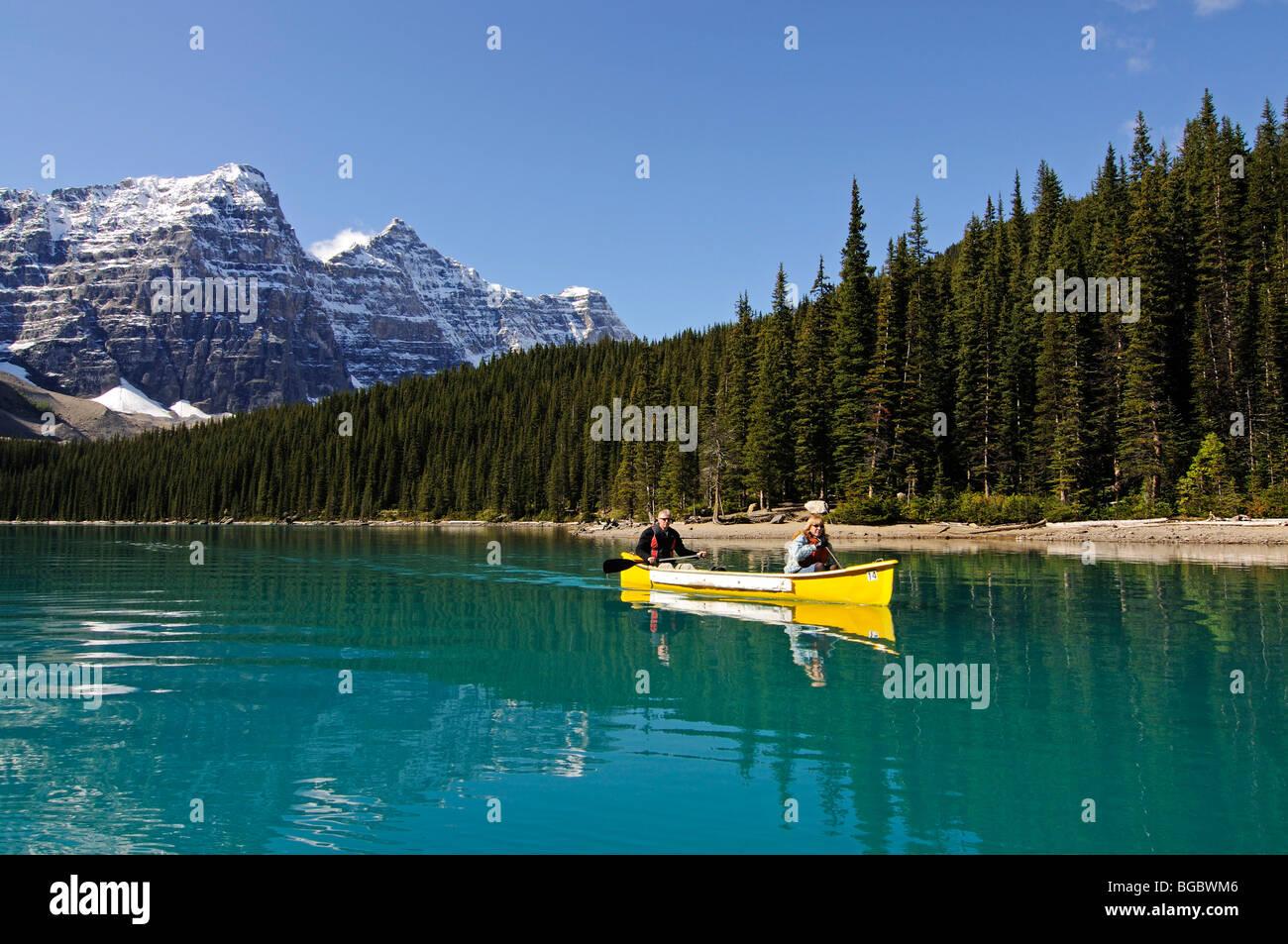 Couple in canoe, Moraine Lake, Banff National Park, Alberta, Canada - Stock Image