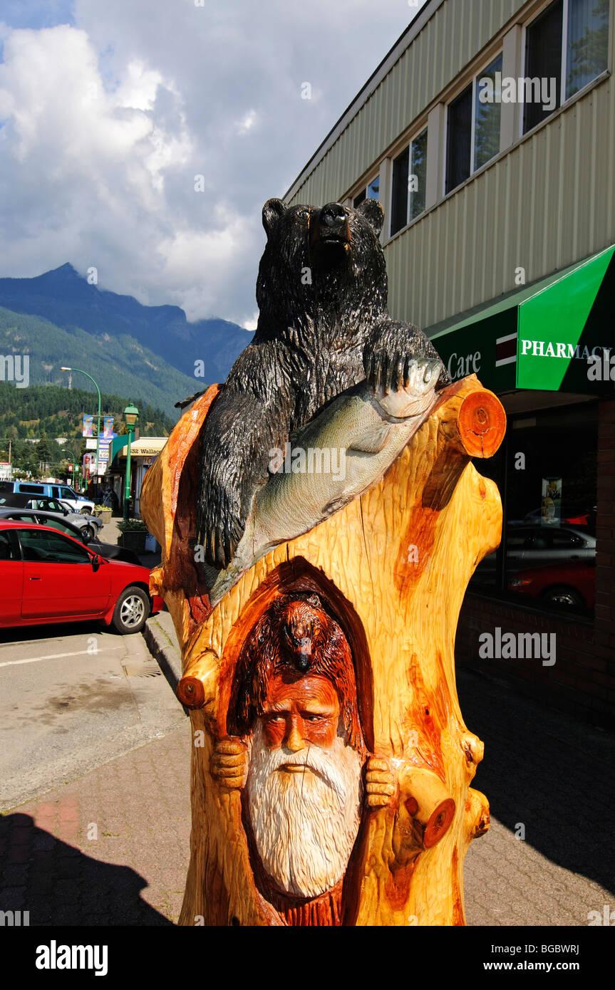 Black bear and gold digger carving, Hope, British Columbia, Canada - Stock Image