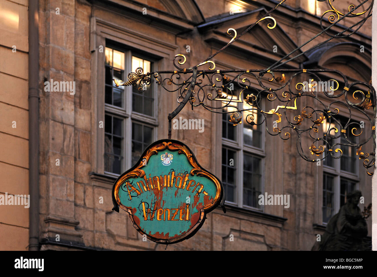 Old hanging sign 'Antiquitaeten Wenzel, Karolinenstrasse, Bamberg, Upper Franconia, Bavaria, Germany, Europe - Stock Image