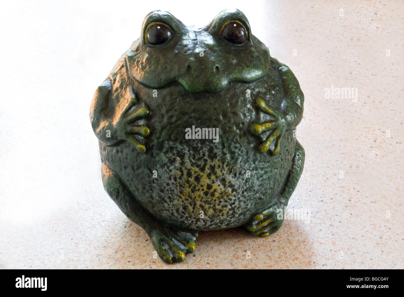 A funny cast-iron moulding of a frog (Century 19th). Amusant moulage en fonte d'une grenouille (19ème Siècle). - Stock Image