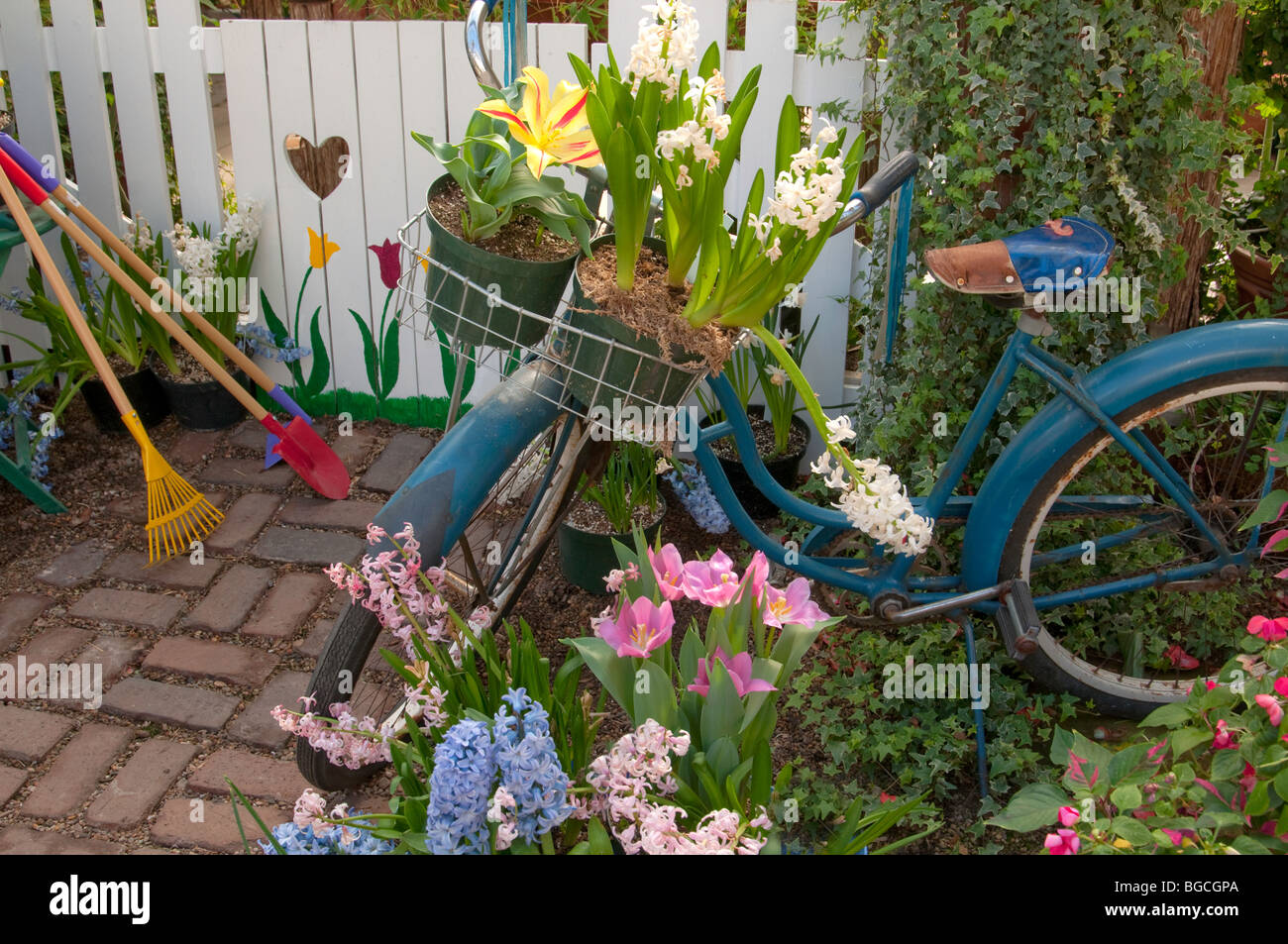 Bicycle near garden gate - Stock Image