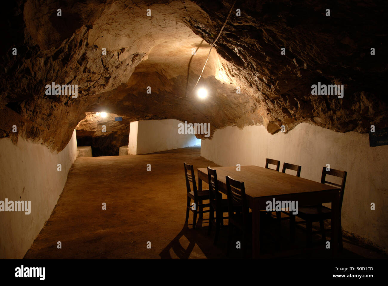 History, sparsely furnished cave of the Communist Pathet Lao resistance fighters, table and chairs, Tham Than Kaysone - Stock Image