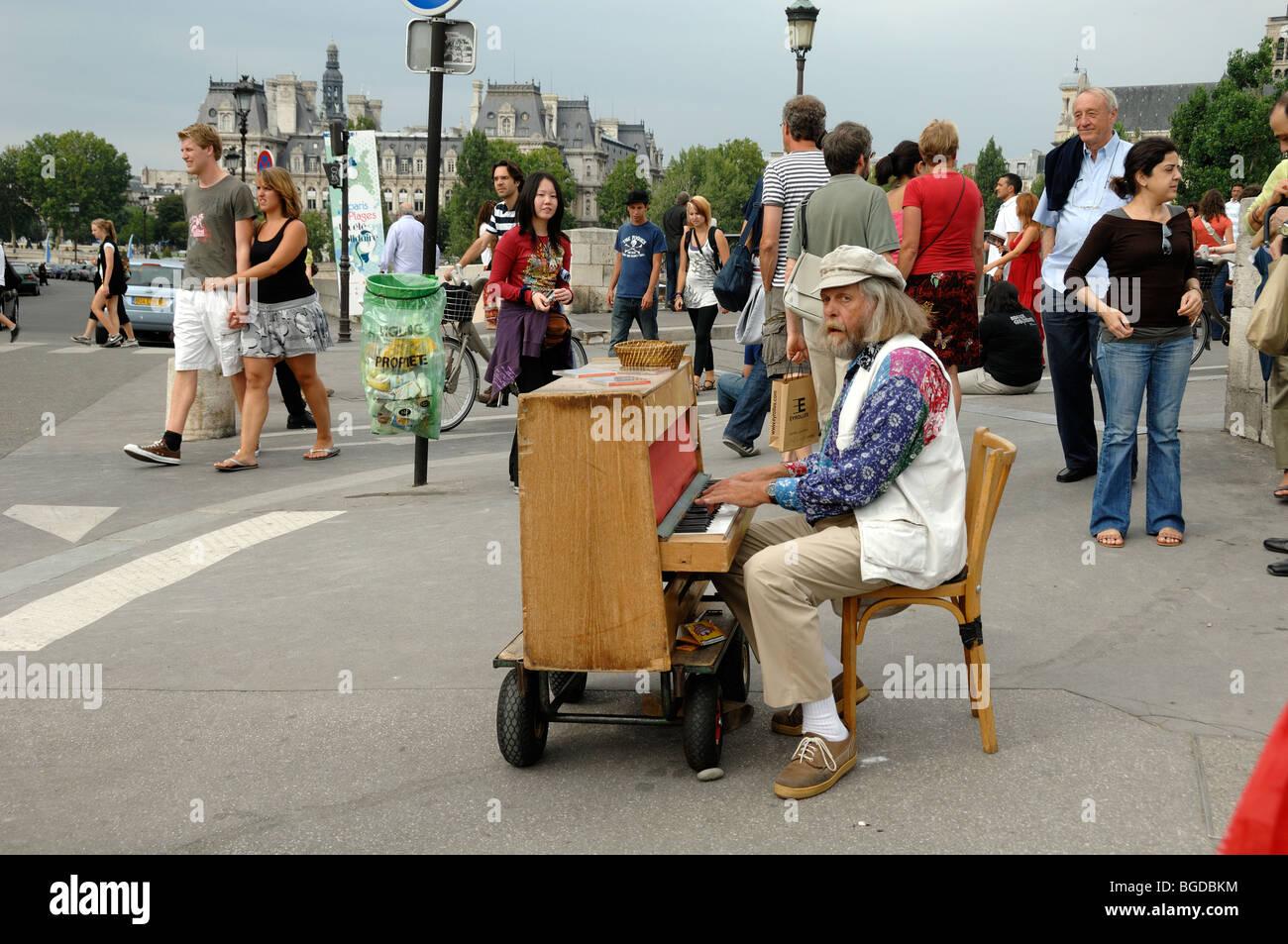 Street Musician Playing a Piano, Pianist or Piano Player, Pont de l'Archevèche, Île de la Cité, - Stock Image