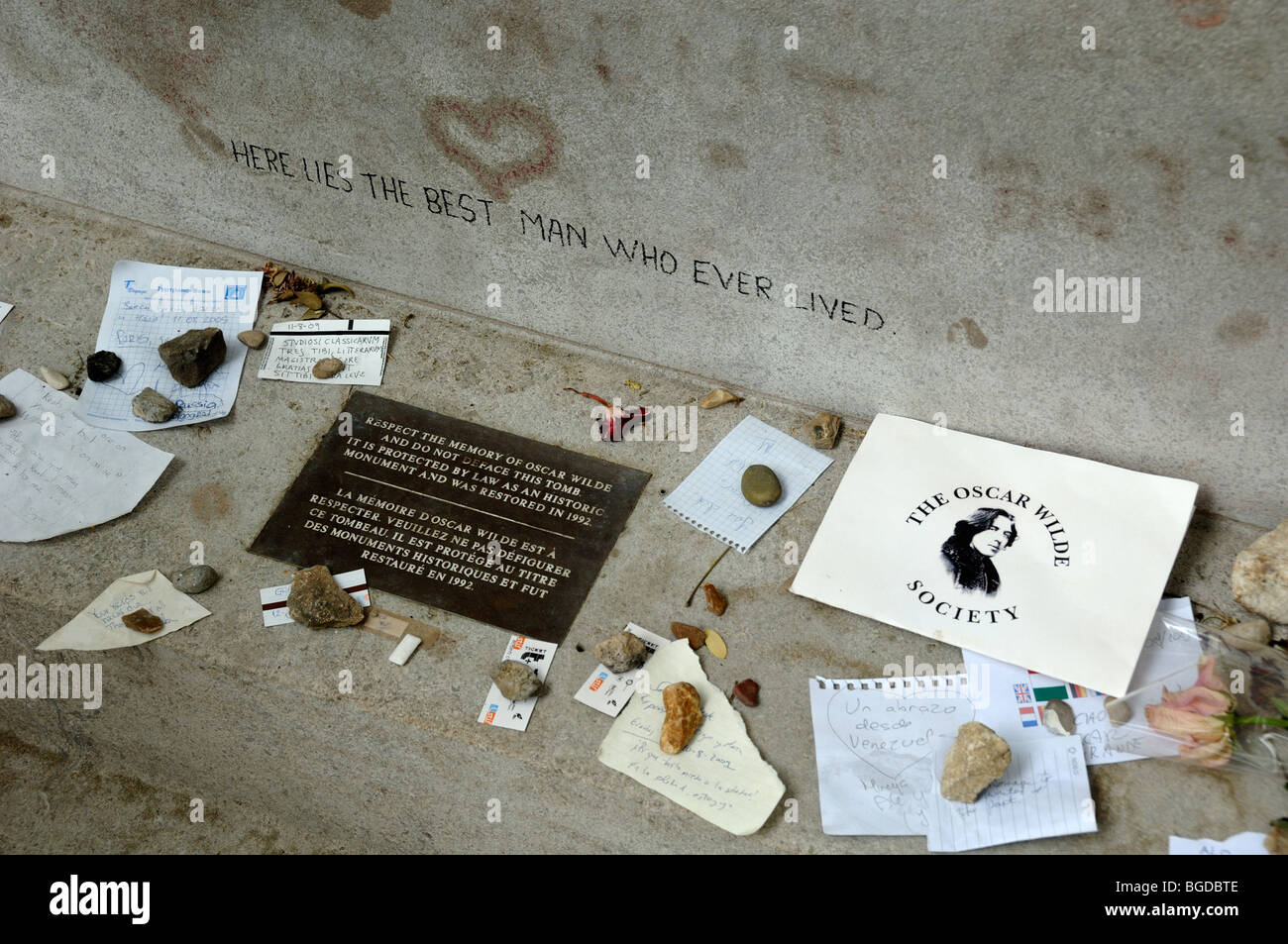 Souvenirs & Mementoes Left on the Oscar Wilde Tomb by Fans, Pere Lachaise Cemetery, Paris, France - Stock Image