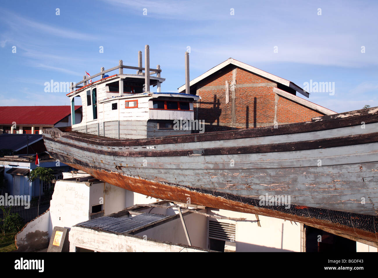 Boat left on the roof of house after boxing day 2004 earthquake and tsunami. Banda Aceh, Sumatra, Indonesia, Southeast Stock Photo