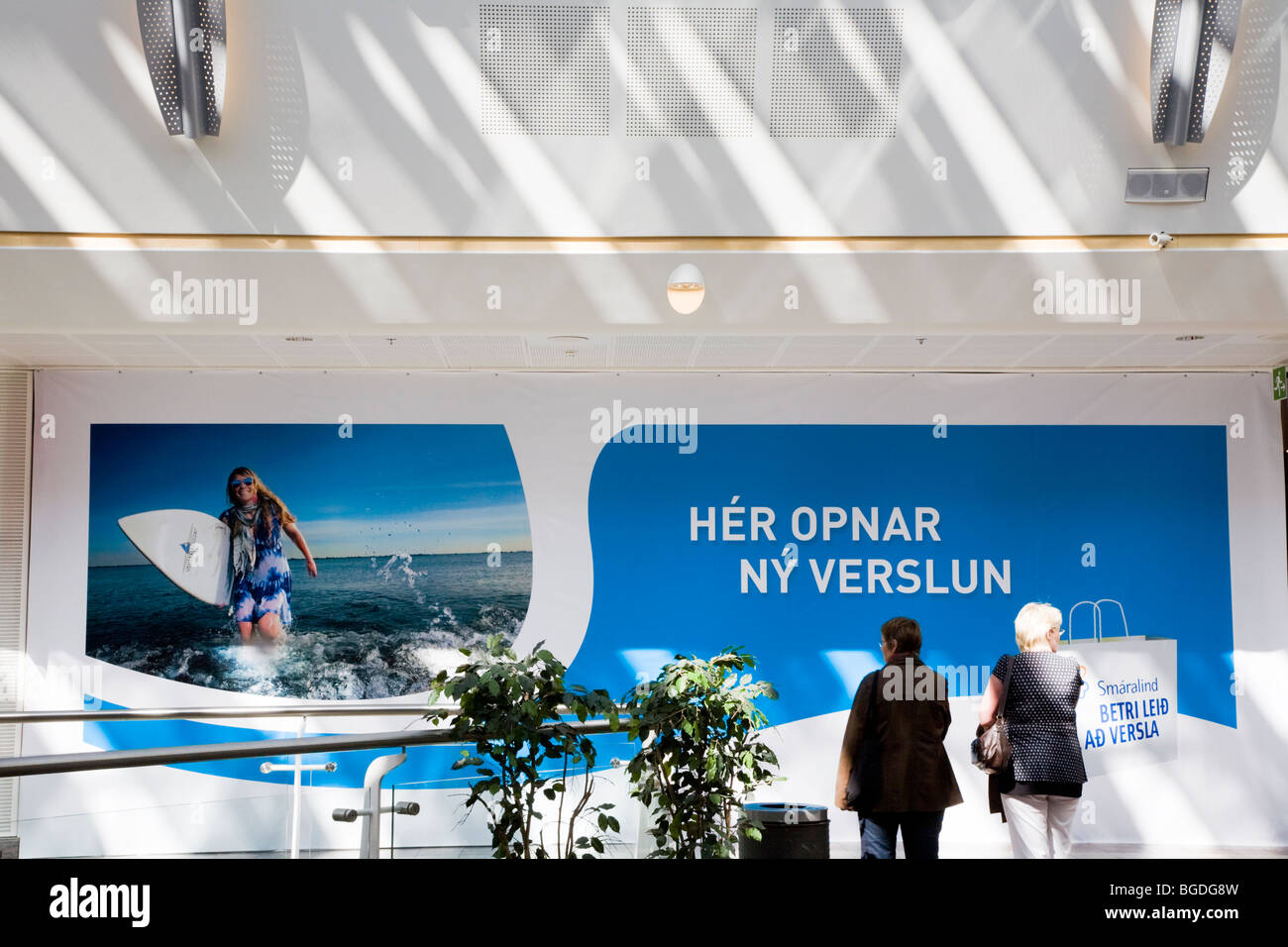 Two disorientated women in Smaralind shopping mall. Kopavogur, Iceland. - Stock Image