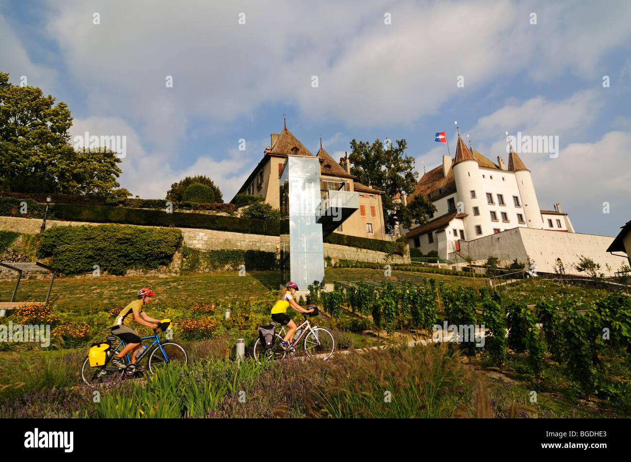 Cyclists in front of the Chateau de Nyon palace, Lake Geneva, Canton Vaud, Switzerland, Europe - Stock Image