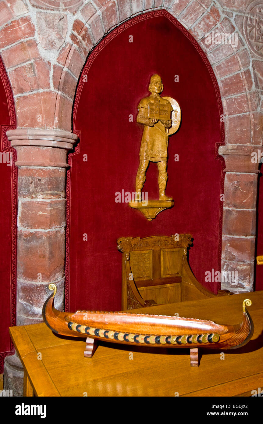 Carved figures of Earl Rognvald, the founder of St Magnus Cathedral holding a model of his architectural legacy. - Stock Image