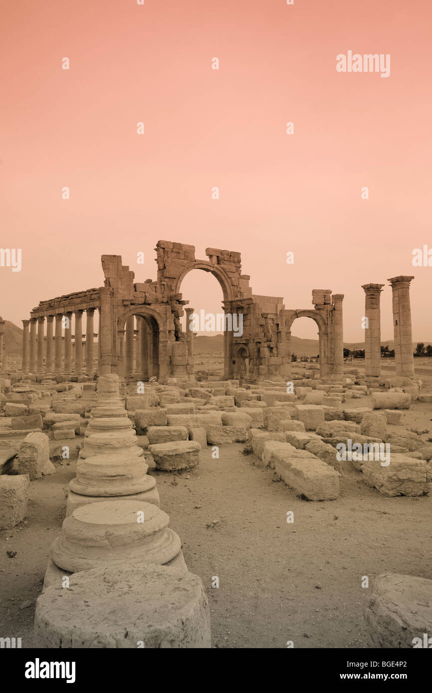 Syria, Palmyra ruins (UNESCO Site), Great Colonnade and Monumental Arch - Stock Image