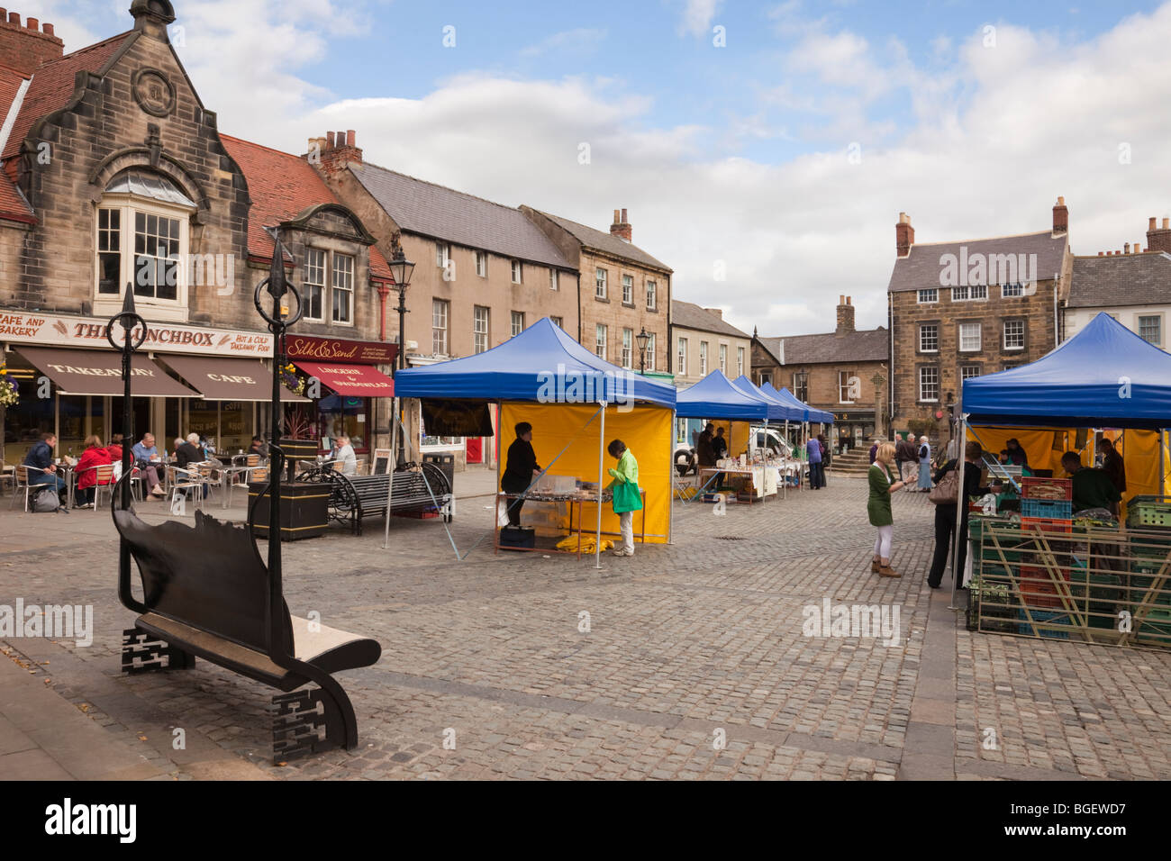 Local farmers market in town square. Market Place, Alnwick, Northumberland, England, UK, Britain. - Stock Image