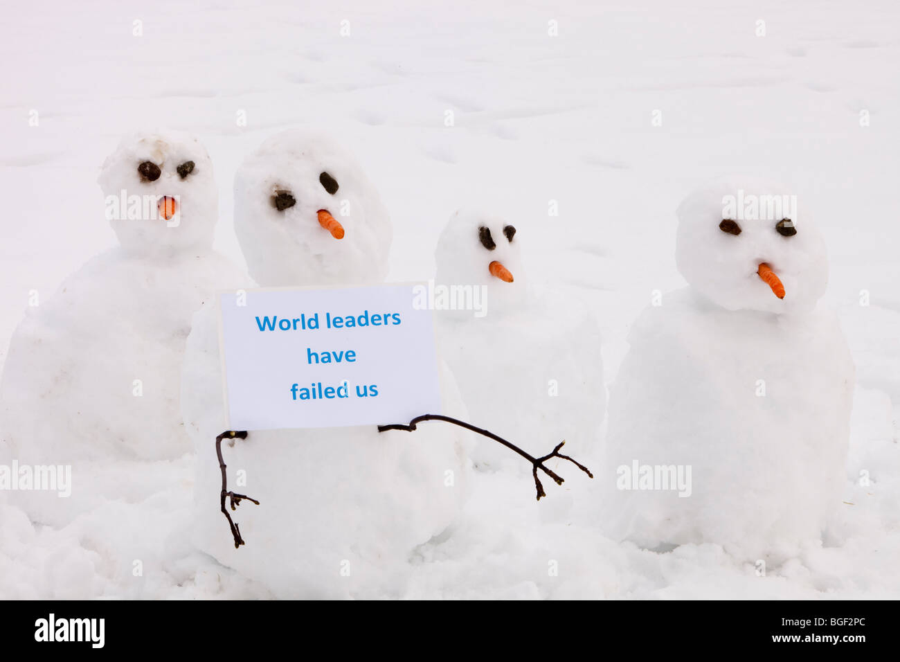 Snowmen holding a placard sating they have been failed by wolrd leaders at the Copenhagen climate talks. - Stock Image