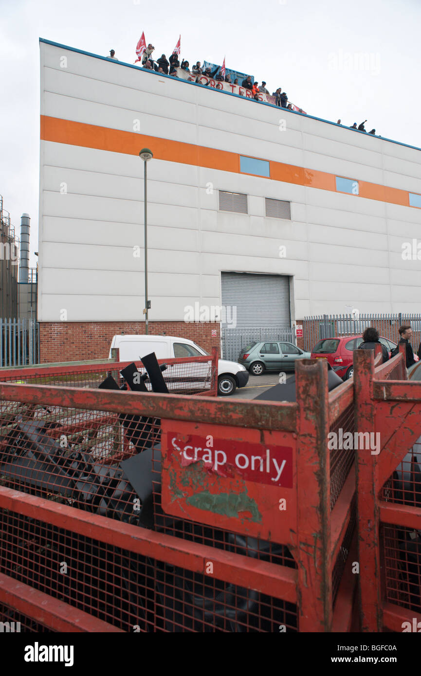 Scrap bin and workers on roof of Visteon (Ford) Enfield factory as occupation by sacked workers is ended by court Stock Photo