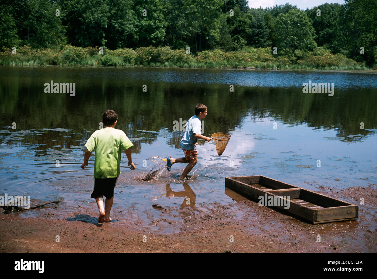 8 year-old twins exploring nature at Watershed Pond. Pennington, New Jersey - Stock Image