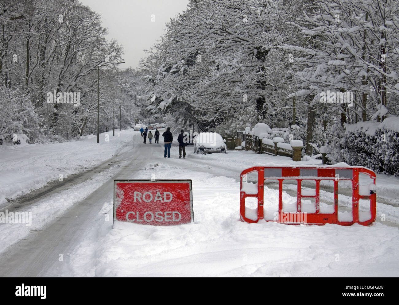 Main road closed by heavy snow in Epsom, Surrey with abandoned cars - Stock Image