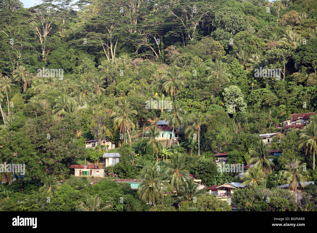 Hillside houses next to the Batang Arau River in Padang - Stock Image